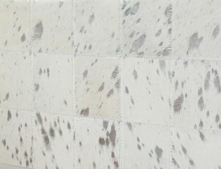 Pouf en patchwork de peau de vache blanche argentée
