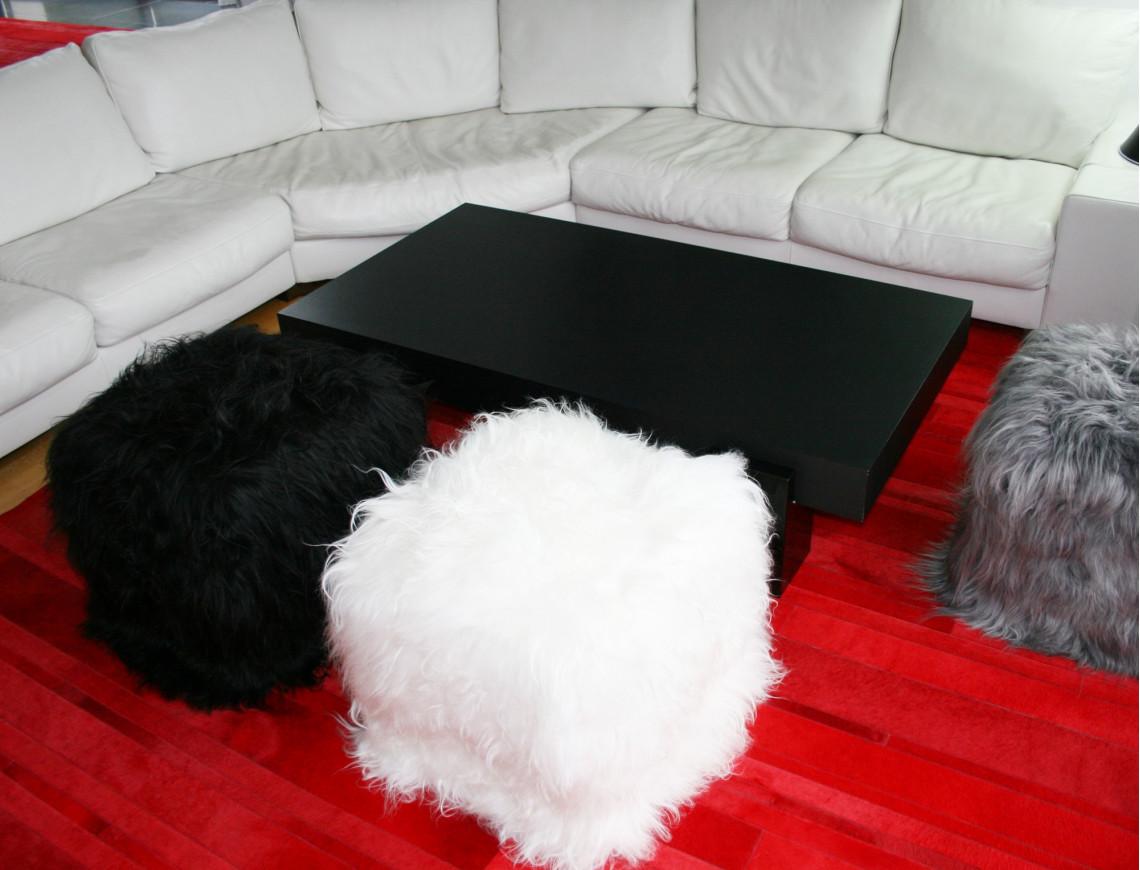 Pouf en mouton Islandais, cubique certes, mais tellement confortable. Existe en blanc, gris, et noir