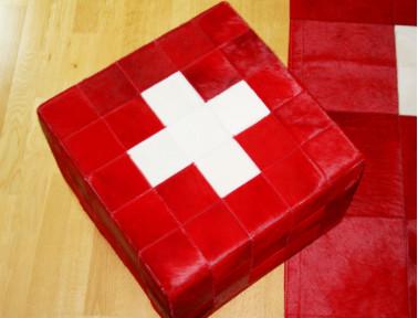 Pouf drapeau Suisse en peau de vache