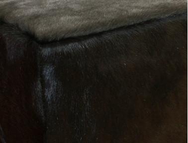 Pouf en peau de vache teintée Noire