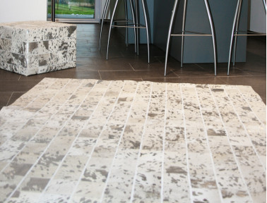 Patchwork rug in silver white cowhide argentée