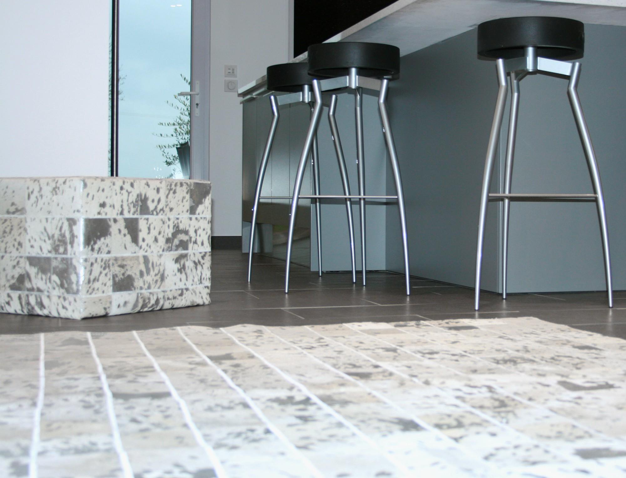 tapis patchwork en peau de vache blanche argent e. Black Bedroom Furniture Sets. Home Design Ideas