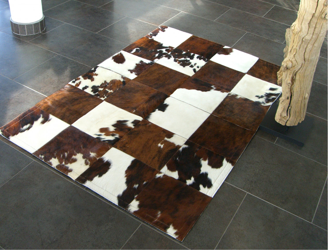 tapis patchwork en peau de vache normande claire. Black Bedroom Furniture Sets. Home Design Ideas