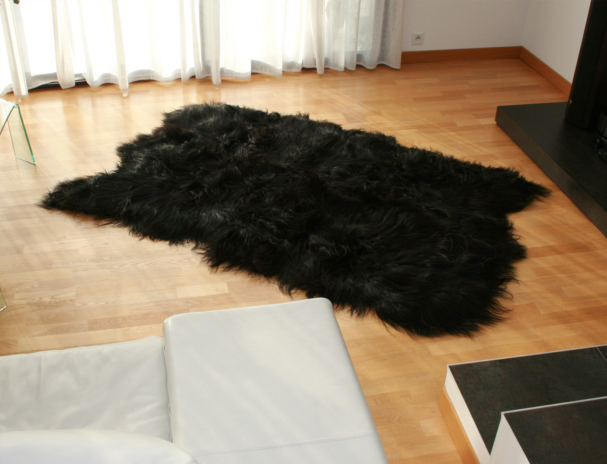 tapis en peau de mouton islandais noir. Black Bedroom Furniture Sets. Home Design Ideas