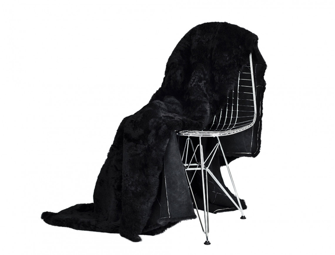 dessus de lit noir en fourrure de mouton. Black Bedroom Furniture Sets. Home Design Ideas