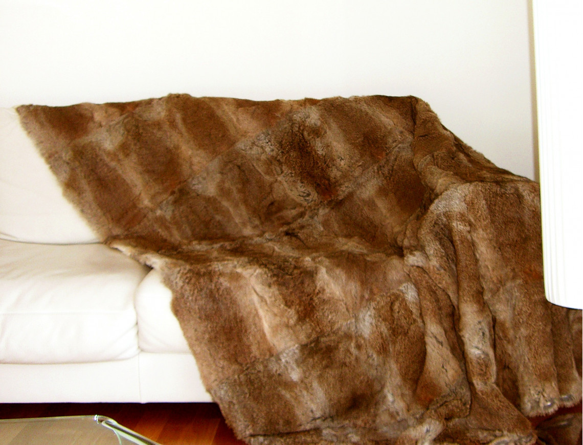 dessus de lit brun en fourrure de lapin. Black Bedroom Furniture Sets. Home Design Ideas