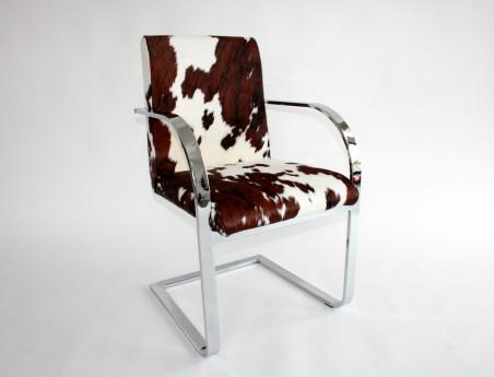 Chaise peau de vache, structure en acier chromé.