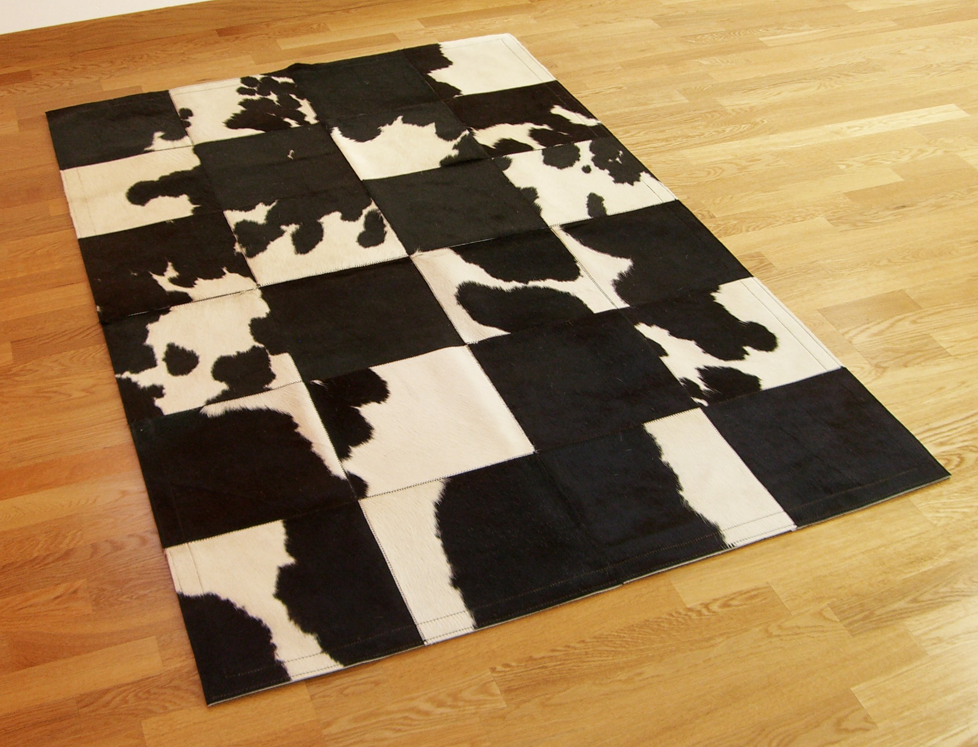 tapis patchwork en peau de vache noire et blanche. Black Bedroom Furniture Sets. Home Design Ideas