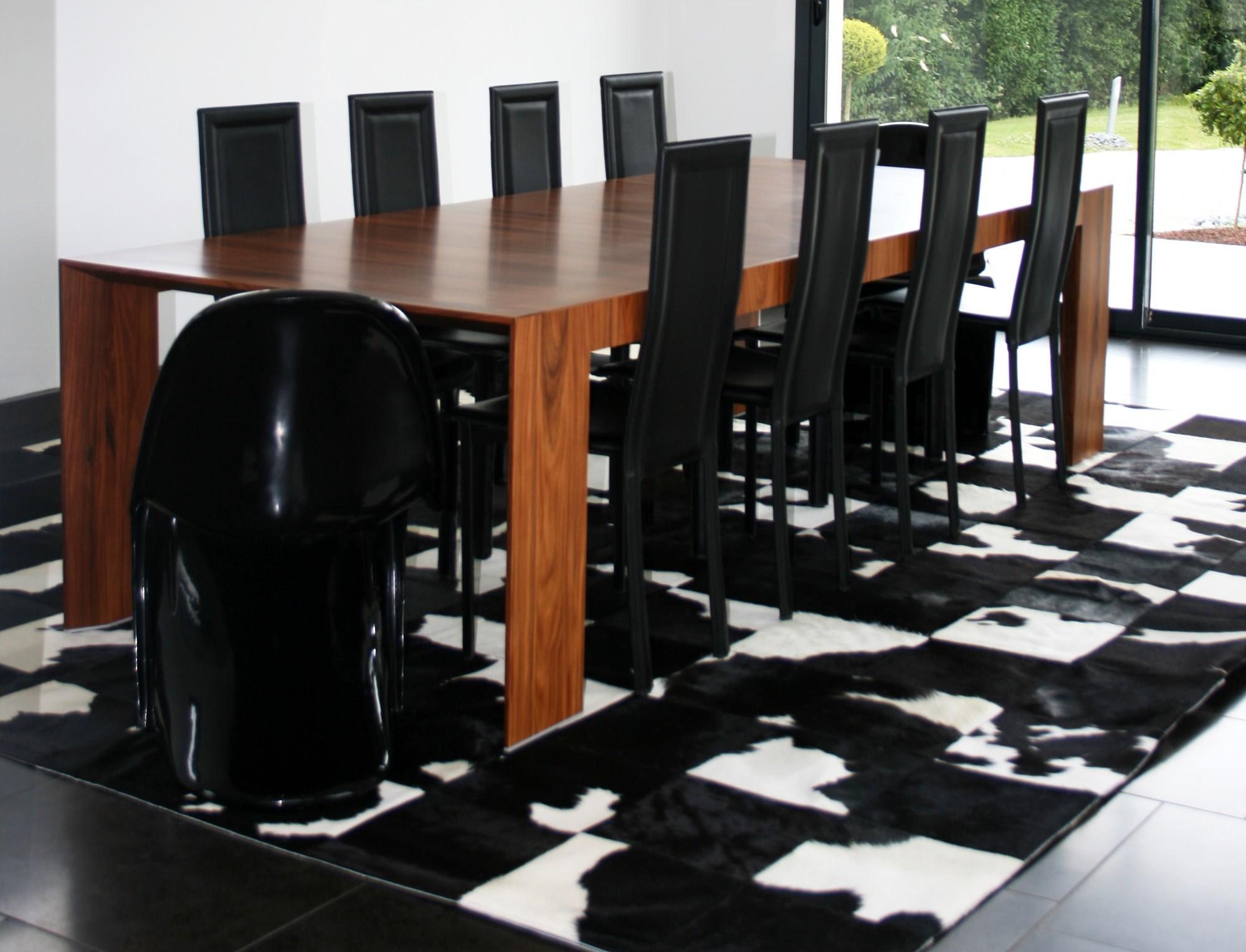 tapis patchwork en peau de vache noire et blanche. Black Bedroom Furniture Sets. Home Design Ideas