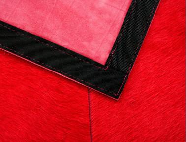 Tapis Patchwork en Peau de vache teintée rouge