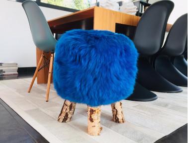 """Tabouret en mouton bleu """"Dona"""" poils courts avec pieds en véritable bois de Bouleau"""