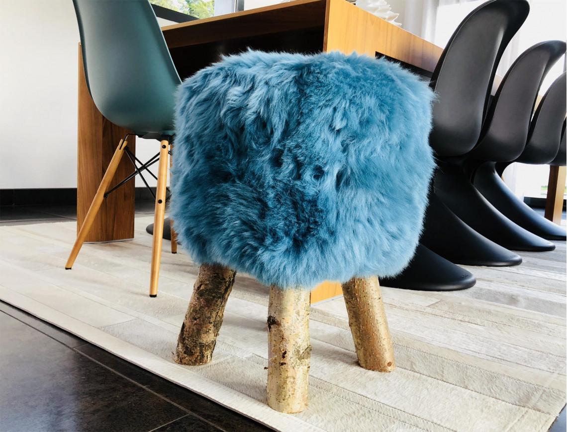 """Tabouret en mouton bleu turquoise """"Dona"""" poils courts avec pieds en véritable bois de Bouleau"""