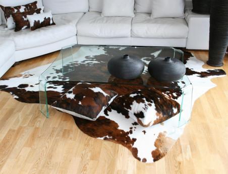 Peau de Vache Normande claire sous une table basse