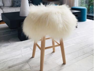 """Tabouret mouton Islandais blanc """"Lina"""" pieds en bois naturel"""