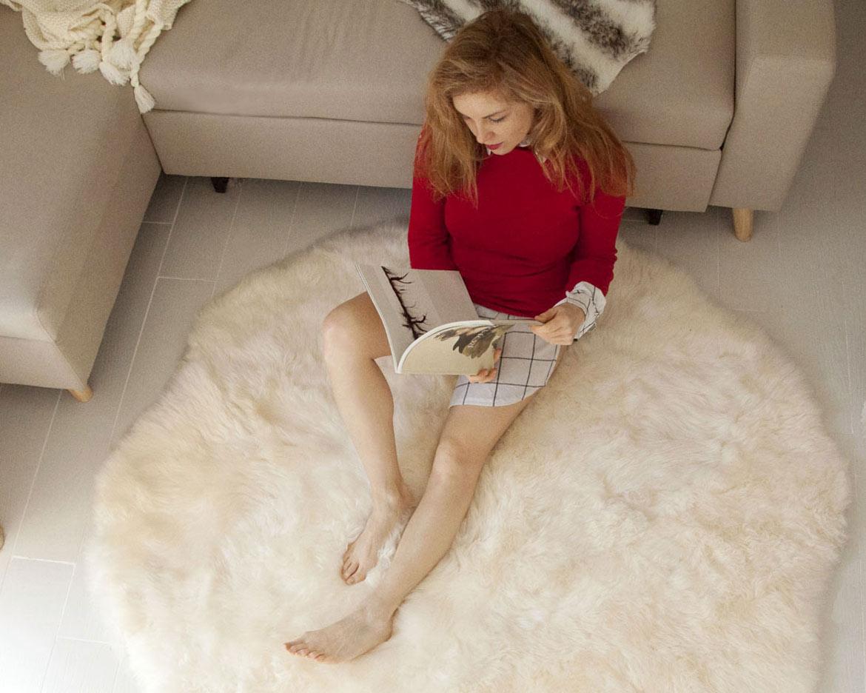 Tapis rond en peau de mouton pour une pause cocoon