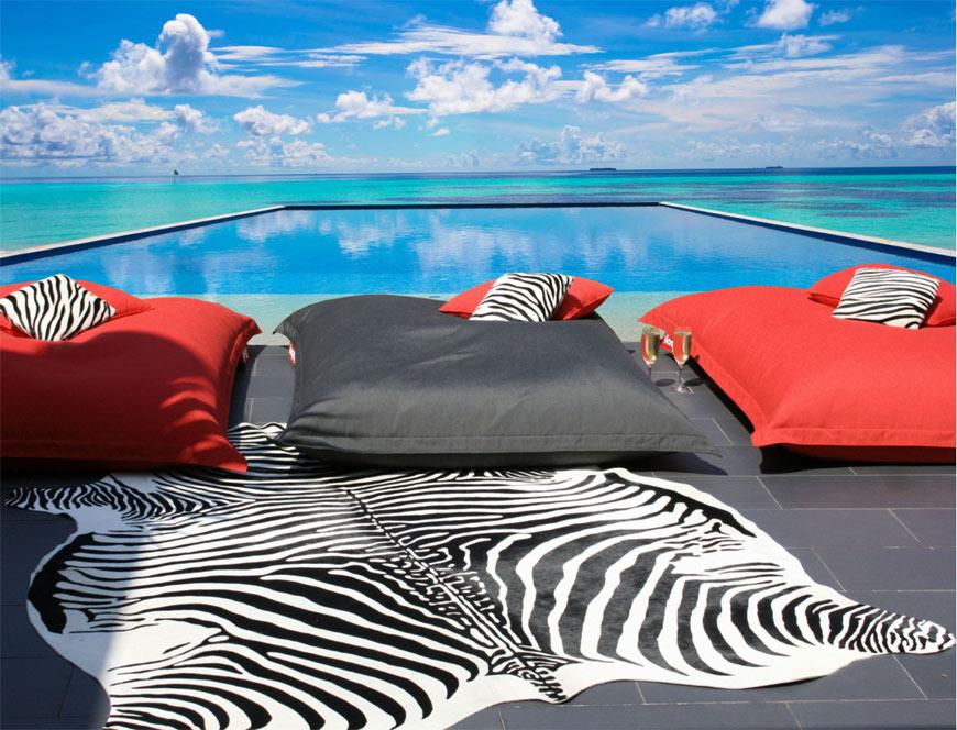 Tapis zèbre sur terrasse au bord d'une piscine