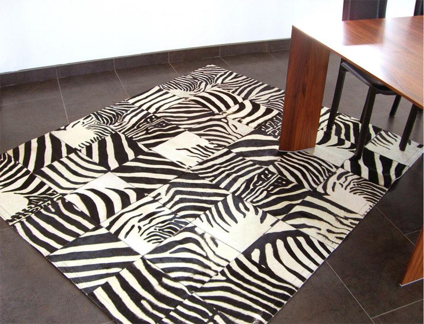 Tapis patchwork zèbre sous un pied de table