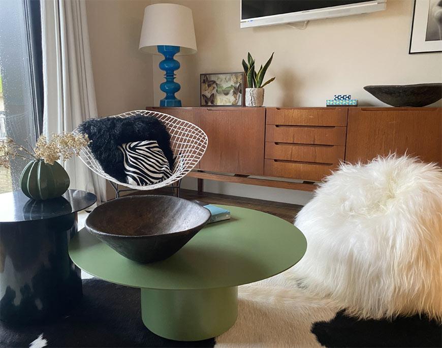 Salon avec un pouf poire en mouton Islandais