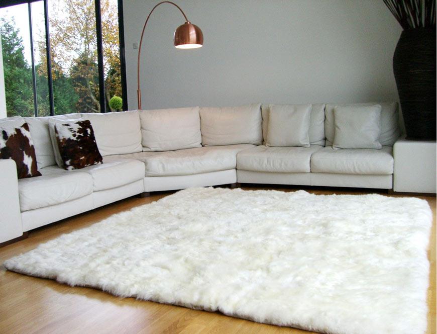Tapis en mouton dans un salon avec parquet