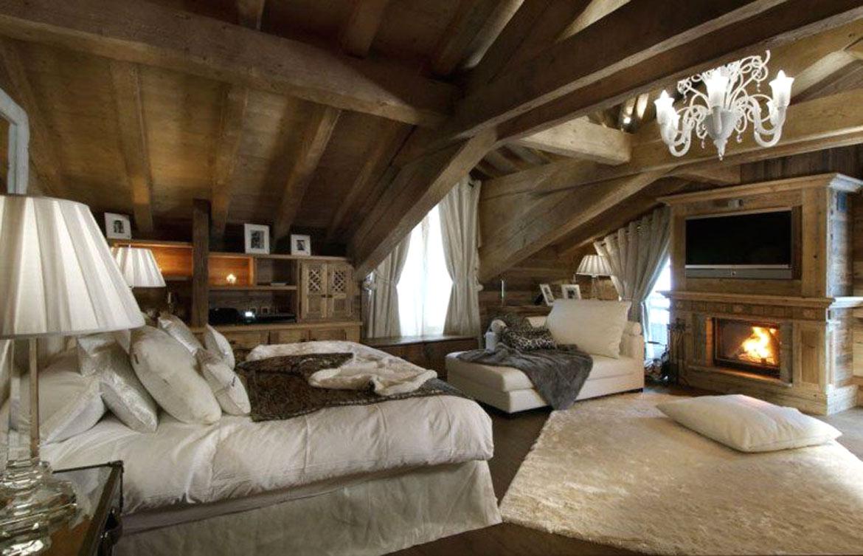 Chambre chalet avec tapis en peau de mouton blanche au sol et plaid en lapin gris sur la méridienne
