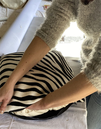 Empochage d'un coussin en peau de vache imprimée zèbre